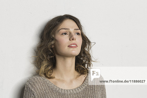 Schöne Frau steht auf weißem Hintergrund