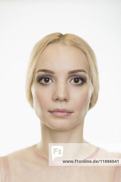 Porträt einer schönen Frau mit Make-up und blonden Haaren auf weißem Hintergrund