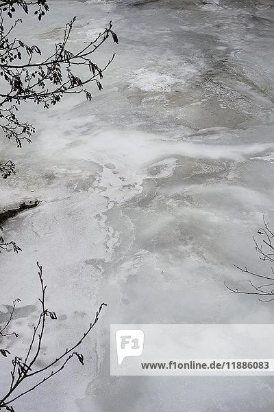 Hochwinkelansicht des gefrorenen Flusses  Unterregenbach  Deutschland