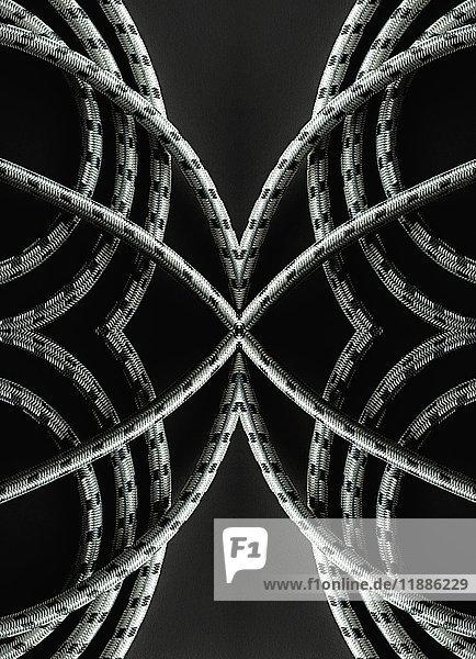 Kaleidoskopische Darstellung von Seilen auf schwarzem Hintergrund
