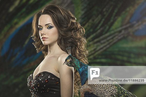 Bildnis der schönen jungen Frau von Pfau gegen Federn