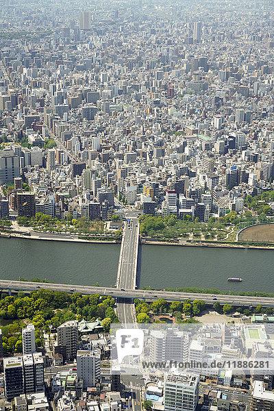 Luftaufnahme der Brücke über den Fluss in der Stadt  Tokio  Japan