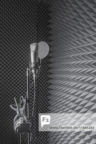 Kopfhörer auf Mikrofonstativ im Aufnahmestudio