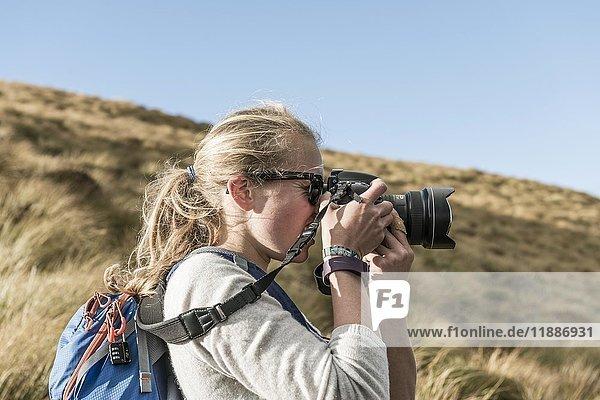 Wanderin fotografiert mit einer Spiegelreflexkamera  Otago  Südinsel  Neuseeland  Ozeanien