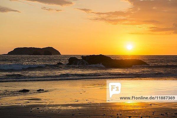 Sonnenuntergang am Playa Espadilla  Nationalpark Manuel Antonio  Costa Rica  Mittelamerika