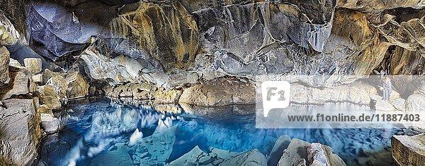 Naturbad Grjótagjá  Felsspalte  Heiße-Quelle  Reykjahlíð  Mývatni  Island  Europa