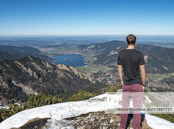 Wanderer am Gipfel der Brecherspitz  Ausblick auf Schliersee  Oberbayern  Bayern  Deutschland  Europa