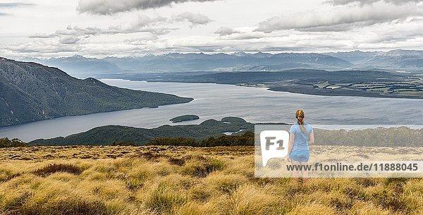 Wanderin blickt auf See Te Anau und Southfiord  Kepler Track  Fiordland Nationalpark  Southland  Südinsel  Neuseeland  Ozeanien