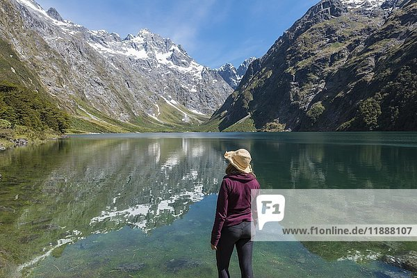 Wanderin steht am Ufer  Lake Marian  Fiordland Nationalpark  Te Anau  Southland  Südinsel  Neuseeland  Ozeanien