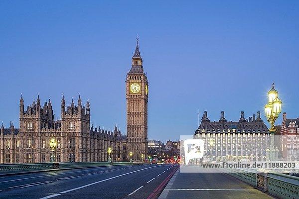 Big Ben und Westminster Palace im Morgengrauen  Westminster Bridge  London  England  Großbritannien  Europa
