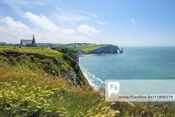 Chapelle Notre-Dame de la Garde Kapelle und weiße Kreidefelsen  Étretat  Normandie  Frankreich  Europa