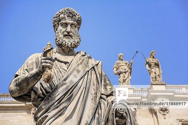 Statue von St. Peter vor Petersdom  Vatikan  Rom  Latium  Italien  Europa