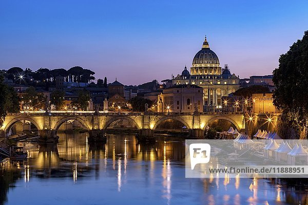 Petersdom mit Brücke über dem Fluss Tiber  Dämmerung  Rom  Italien  Europa