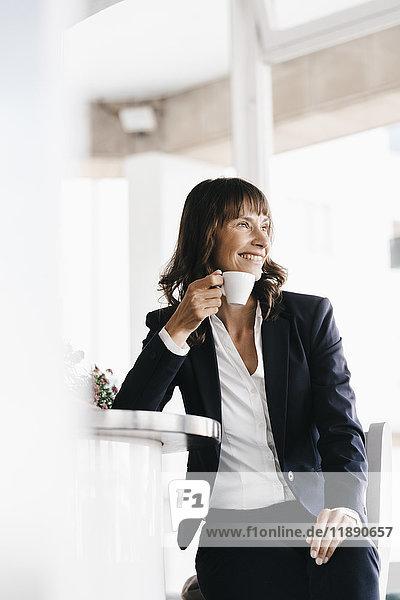 Geschäftsfrau sitzend im Café  Kaffee trinkend