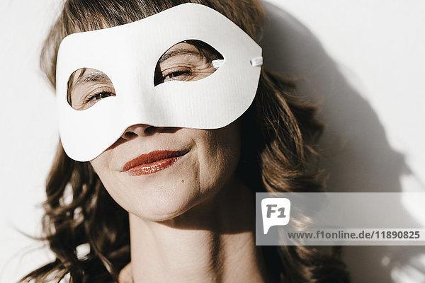 Frau mit Maske  Portrait