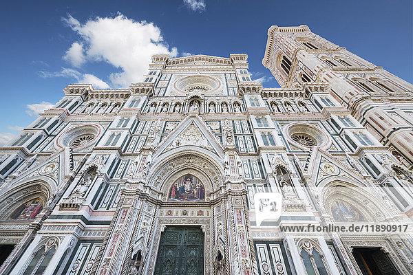 Italien  Florenz  Blick auf die Basilika Santa Maria del Fiore und Campanile di Giotto von unten