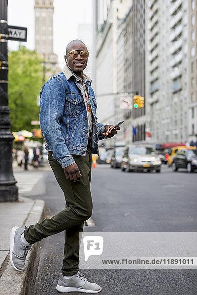 USA  New York City  Manhattan  Portrait eines stilvollen Mannes in der Stadt