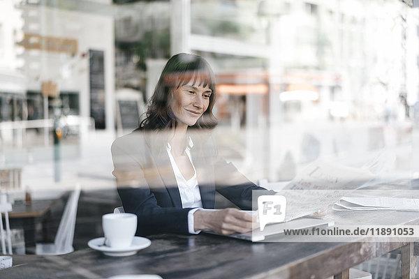 Geschäftsfrau im Café  Zeitung lesen