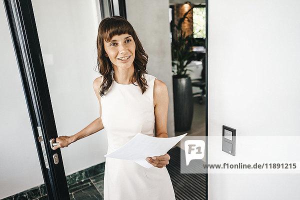 Geschäftsfrau beim Amtsantritt  mit Unterlagen
