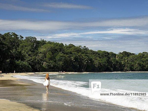 Karibik Strand  Frau geht spazieren  Punta Uva  Puerto Viejo  Costa Rica  Mittelamerika