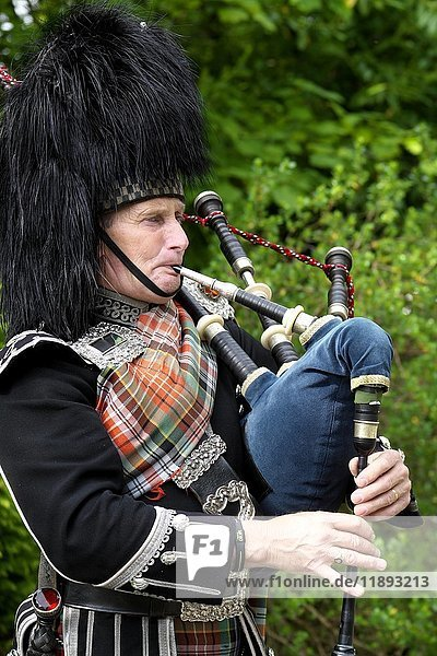 Dudelsackspieler  Inveraray  Argyll and Bute  Schottland  Großbritannien  Europa