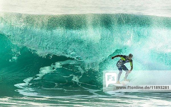 Surfer mit großer Welle  Porto Moniz  Madeira  Portugal  Europa
