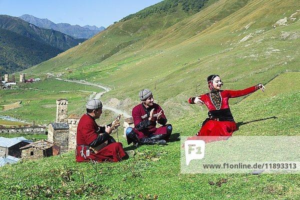 Georgier einer folkloristischen Gruppe spielen Panduri und tanzen in traditioneller georgischer Kleidung  Uschguli  Swanetien  Georgien  Asien