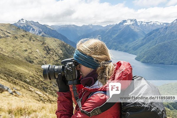 Junge Frau fotografiert  Kepler Track  Fiordland National Park  Southland  Neuseeland  Ozeanien