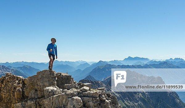 Wanderer blickt auf Landschaft  Berge und Alpen  Gipfel des Hochvogel  Allgäu  Allgäuer Hochalpen  Bayern  Deutschland  Europa