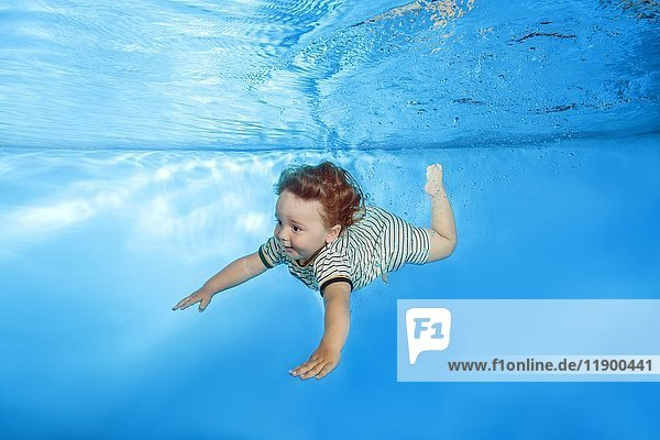 Kleiner Junge mit gestreiftem Badeanzug Unterwasser in Schwimmbecken  Ukraine  Europa