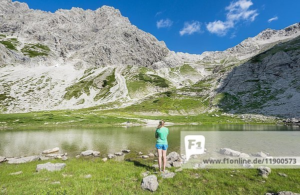 Wanderin genießt Landschaft  Bergsee beim Printz-Luitpolt-Haus  Allgäuer Alpen  Bad Hindelang  Allgäu  Bayern  Deutschland  Europa