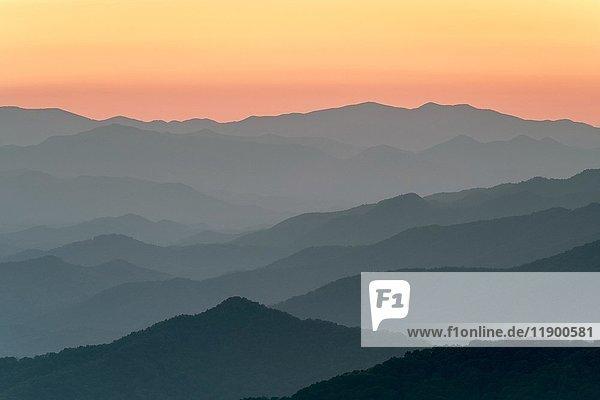 Blue Ridge Mountains vom Blue Ridge Parkway bei Sonnenuntergang  Jackson County  North Carolina  USA  Nordamerika