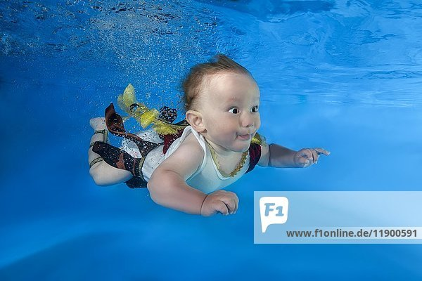 Kleiner Junge schwimmt Unterwasser  Ukraine  Europa