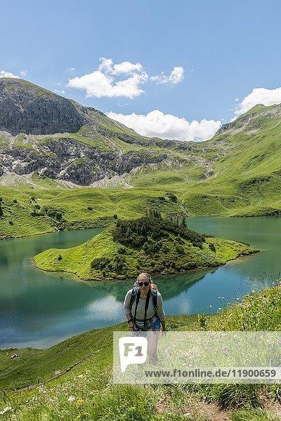 Wadnerin auf Wanderweg  Schrecksee und Allgäuer Alpen  Bad Hindelang  Allgäu  Bayern  Deutschland  Europa