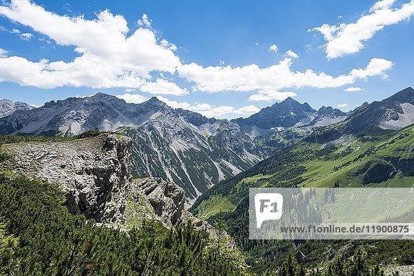 Berg Hochvogel mit Allgäuer Alpen  Blick in ein Tal  Bad Hindelang  Allgäu  Bayern  Deutschland  Europa