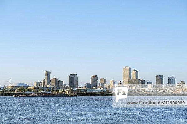 Stadtzentrum  Skyline von über den Mississippi River  New Orleans  Louisiana  USA  Nordamerika