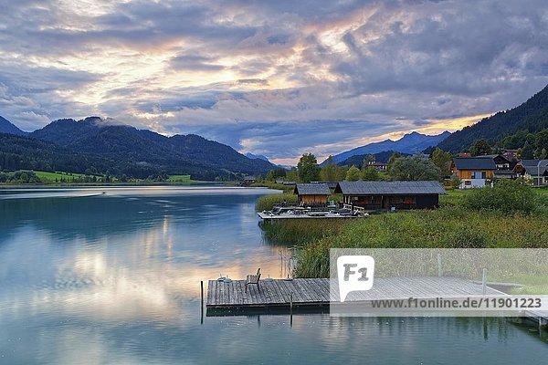 Steg  Bootshäuser am Weißensee  Kärnten  Österreich  Europa