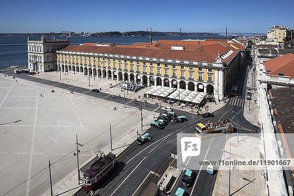 Ausblick vom Triumphbogen der Rua Augusta  Arco da Rua Augusta  auf den Handelsplatz  Praça do Comercio  Stadtteil Baixa  Lissabon  Portugal  Europa
