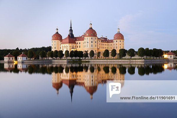 Schloss Moritzburg mit Spiegelung im See  blaue Stunde  Sachsen  Deutschland  Europa