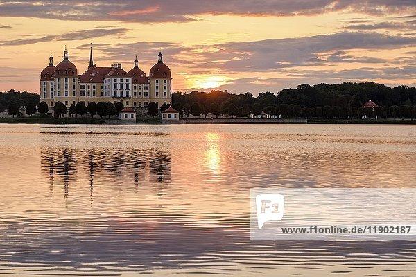 Schloss Moritzburg mit See  Sonnenuntergang  Sachsen  Deutschland  Europa