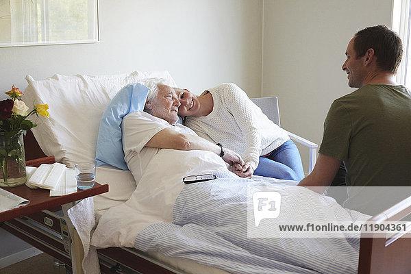 Ehepaar zu Besuch im Krankenhaus