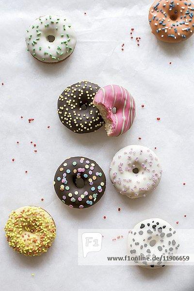 Mini-Donuts auf weissem Hintergrund