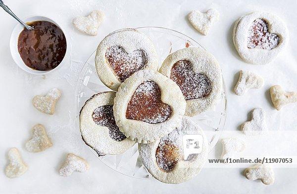 Selbstgemachte Liebeskekse mit Marmelade zum Valentinstag