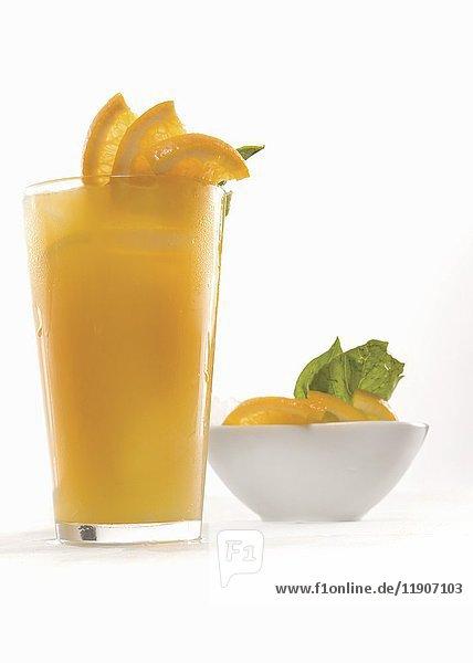 Frisch gepresster Orangensaft  garniert mit Orangenscheiben