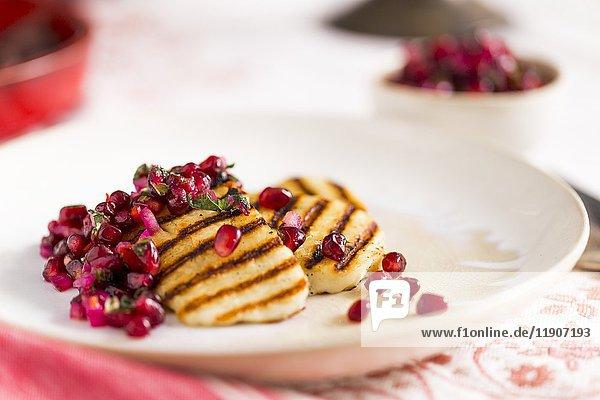Gegrillte Halloumi-Scheiben mit Granatapfelsalsa und Minze