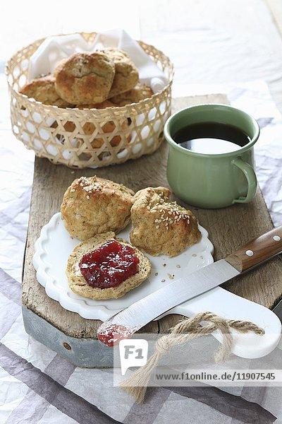 Glutenfreie Frühstücksbrötchen aus Leinsamen- und Buchweizenmehl mit Marmelade