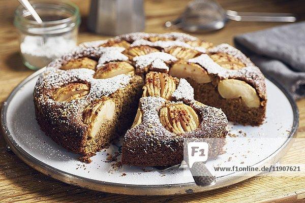 Versunkener Apfelkuchen mit Vollkornmehl und Kokosblütenzucker  angeschnitten
