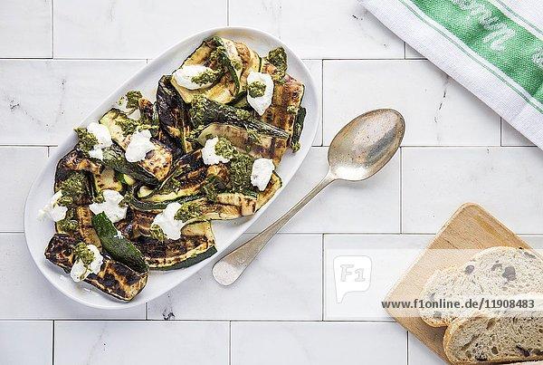 Gegrillte Zucchinischeiben mit Minzdressing und Labneh