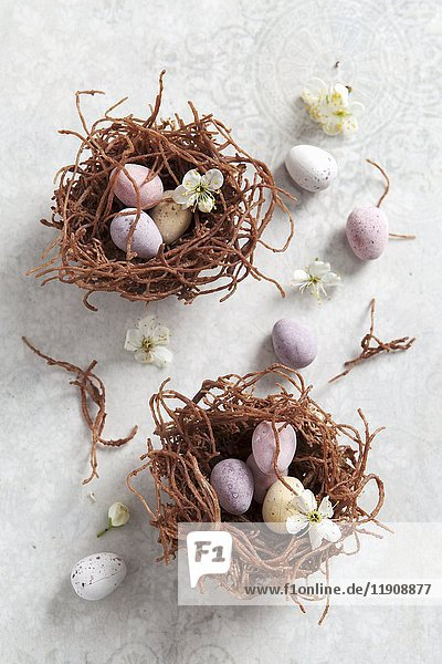 Schokoladeneier in Osternestern aus getrockneten Nudeln