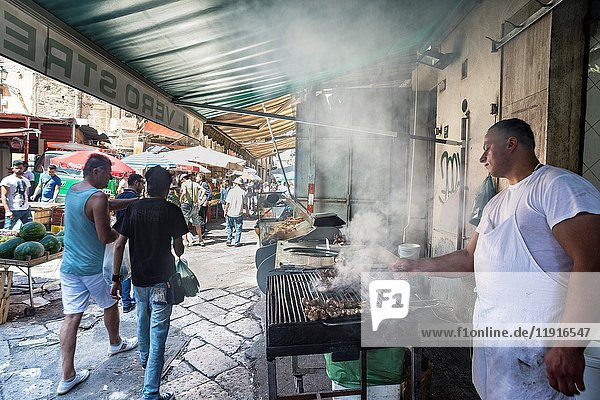 Street food vendor in The Ballaro Market in the Albergheria district of central Palermo  Sicily  Italy.